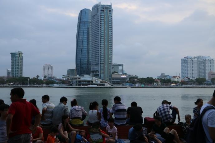 Đà Nẵng: Dòng người ùn ùn đổ về xem pháo hoa