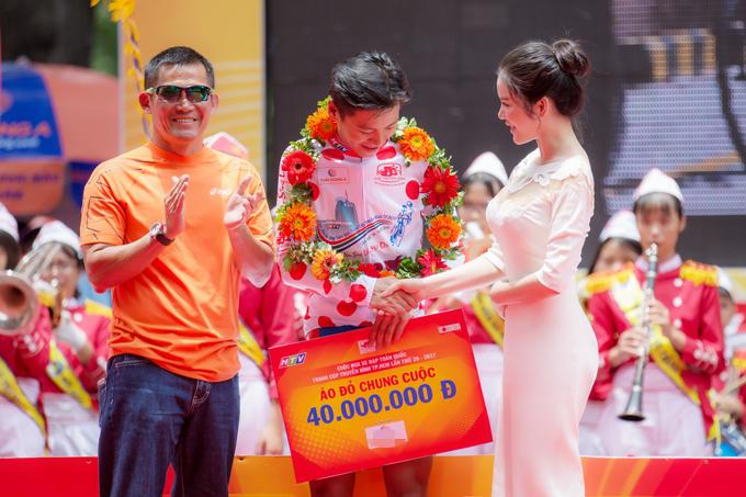 Lý Nhã Kỳ diện đầm hiệu gần 4.000 USD đi cổ vũ giải đua xe đạp
