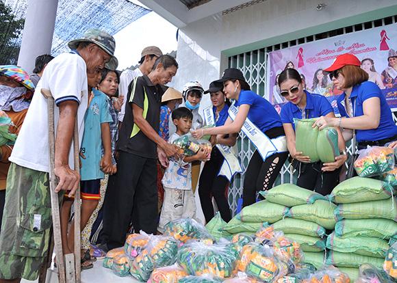 CEO Uyên Huỳnh cùng Hoa hậu Cindy Hồng Thy và Emy Ngọc Nhi sưởi ấm người dân nghèo quê tại Tiền Giang