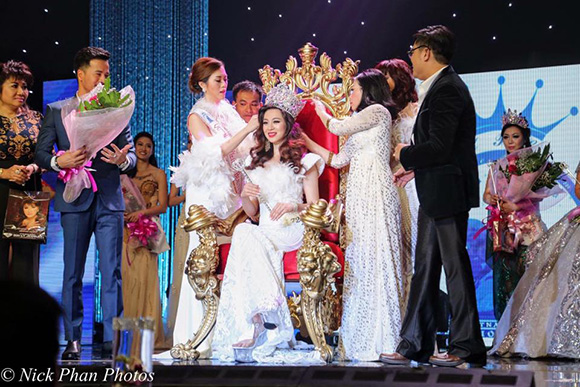 Hoa hậu Việt Nam quốc tế Khánh Trinh (Trista Vo)  thả dáng quyến rũ trong trang phục dạ hội qua tay máy Huy Khiêm