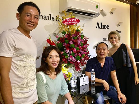 Vợ chồng Tiến Luật - Thu Trang đến chúc mừng diễn viên Hữu Tiến và con gái khai trương ALICE Nails & Spa