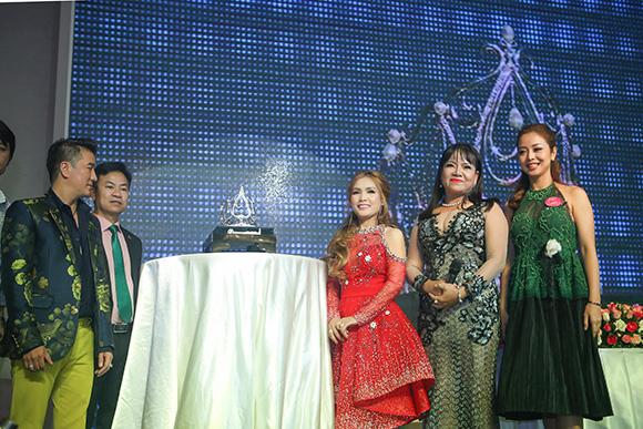 Á khôi Thanh Hương tài trợ vương miện giá trị khủng cho Nữ hoàng doanh nhân đất Việt
