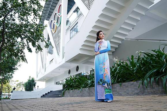 NTK Việt Hùng chuyển tải hình ảnh Trường Đại học Tôn Đức Thắng lên tà áo dài