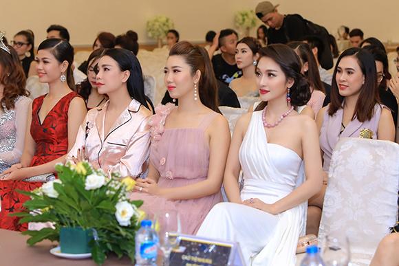 Á hoàng Lý Mỹ Hồng ngồi ghế VIP đọ dáng cùng dàn mỹ nhân Việt