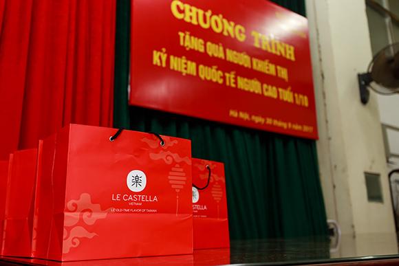Le Castella Hà Nội tặng quà người khiếm thị