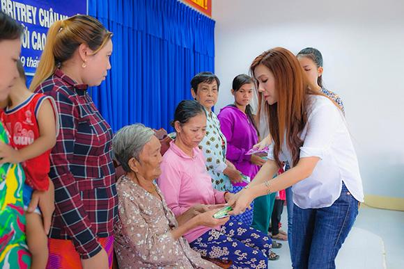 Hoa hậu phu nhân Britney Châu Nguyễn giản dị đi làm từ thiện tại Kiên Giang