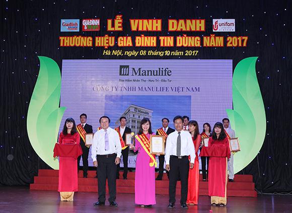 """Manulife nhận giải thưởng """"Thương hiệu Gia đình tin dùng năm 2017"""" do khách hàng bình chọn"""