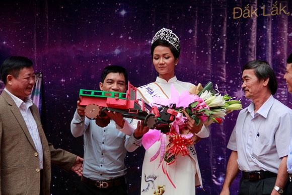 Hoa hậu H'Hen Niê thăm trường cũ và trao học bổng cho học sinh nghèo