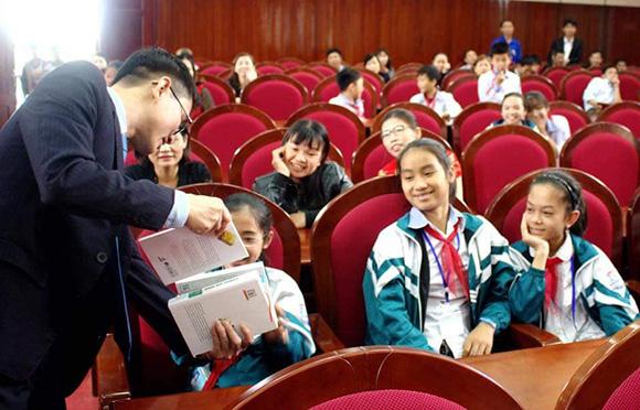 Nhóm tủ sách nhân ái huy động gần 1,2 tỷ đồng mua sách tặng học sinh huyện Yên Thành