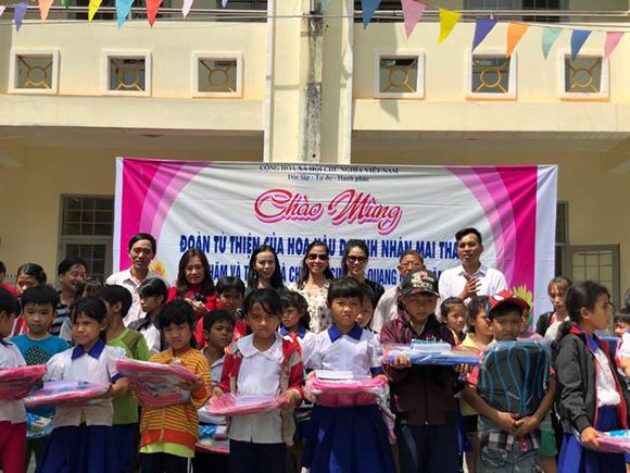 """Hoa hậu doanh nhân Mai Thanh """"đội nắng"""" đi làm từ thiện"""