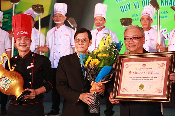 """Tôn vinh """"Ngày của mẹ"""" Vedan tổ chức """"Lễ công bố xác lập kỷ lục chảo cơm chiên lớn nhất Việt Nam"""""""