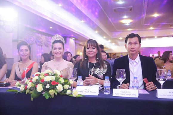 """Á khôi Hồ Thanh Hương diện váy ngắn """"cực chất"""" khoe phong cách trẻ trung"""