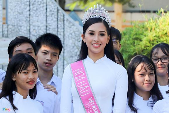 Hoa hậu Tiểu Vy dự lễ chào cờ, trao học bổng ở trường cũ tại Hội An