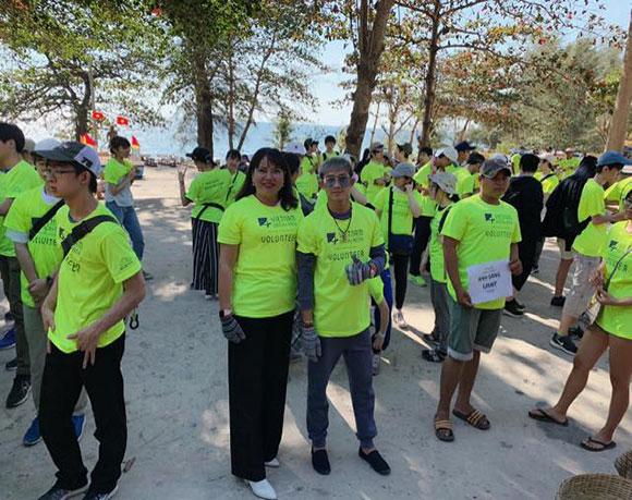 Trong sắc màu xanh giản dị, CEO Hồ Thanh Hương cùng du khách nước ngoài làm sạch môi trường biển.