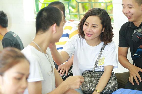 Doanh nhân Nga Nguyễn sưởi ấm trái tim các em nhỏ khuyết tật tại huyện Sóc Sơn