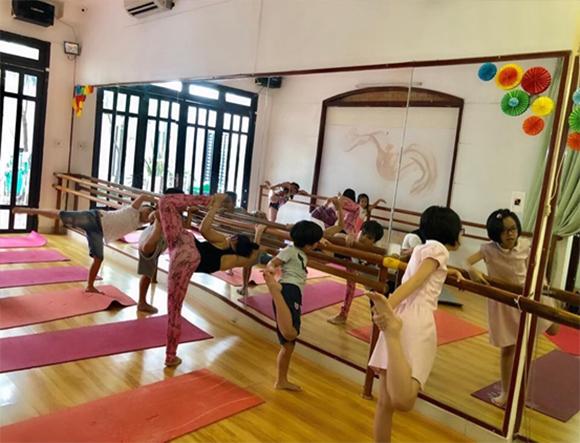HLV Yoga Đỗ Diễm Chi làm bạn trước khi giáo huấn cho thiếu nhi Việt Nam