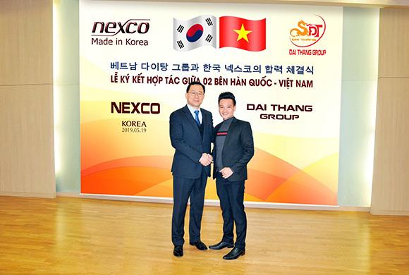 Ông Nguyễn Viết Thắng,  Giám đốc Công ty Đại Thắng  và ông Kim Ki Bong, Phó Chủ tịch Tập đoàn Nexco Hàn Quốc ký hợp tác phân phối sản phẩm Nexco.