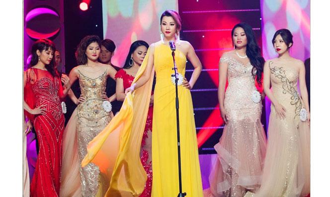 """Vẻ đẹp 'Hoa hậu' của nữ giám khảo khiến dàn thí sinh Minh Chánh phải """"dè chừng"""""""