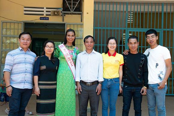 NTK Việt Hùng và người đẹp H' Ăng Niê mang yêu thương về với mái trường Liêng Trang