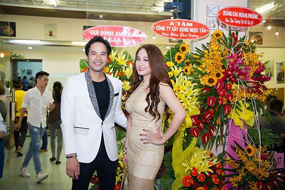 Hoa hậu Nhã Linh, rạng ngời lên sân khấu thử món tại khai trương Kiu B 88