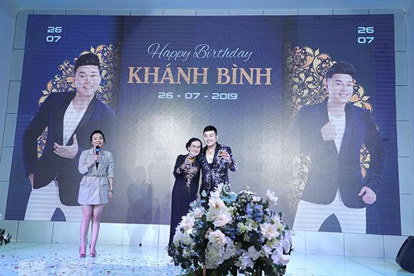 Ca sĩ Khánh Bình diện veston lịch lãm đón tuổi mới