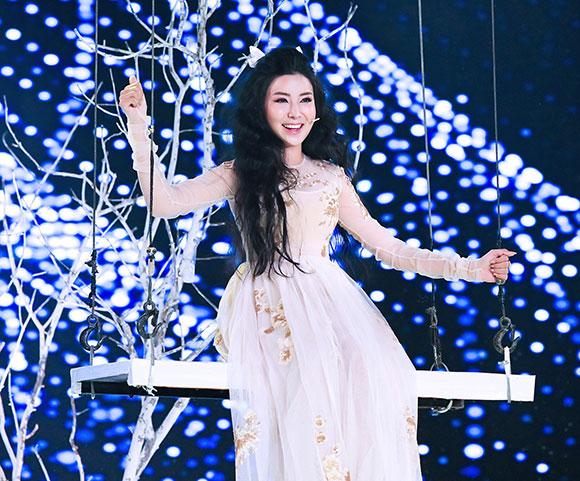 Hoa hậu Bằng Khuê gây bất ngờ khi dành điểm tuyệt đối trong Duyên dáng Bolero