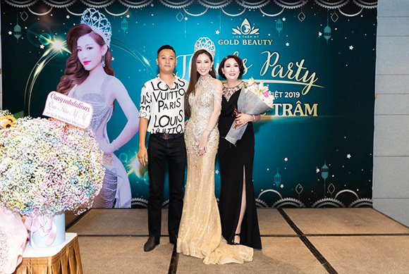 Mẹ chồng, cùng chồng đến chúc mừng tiệc đăng quang Hoa hậu Trần Ngọc Trâm