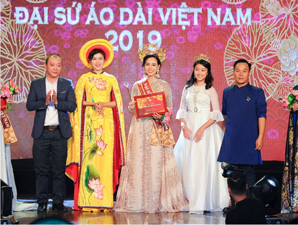 Doanh nhân đến từ Phú Quốc Lê Bích Nhân lộng lẫy đêm đăng quang Đại sứ áo dài Việt Nam 2