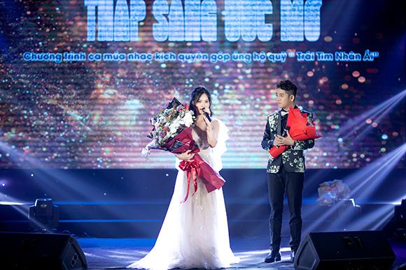 Ca sĩ Sunny Đan Ngọc hạnh phúc trong vòng tay gia đình với đêm nhạc thiện nguyện
