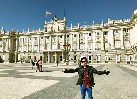 """Đoan Trường """"kêu trời"""" vì thủ đô Madrid đang đào đường, cấm xe du lịch vào trung tâm."""