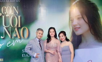 Ca sĩ Sunny Đan Ngọc hạnh phúc trong vòng tay bố, mẹ trong đêm ra mắt MV Còn tuổi nào cho em.