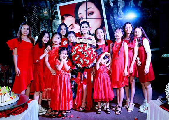 Diện váy dạ hội đỏ rực, hoa hậu Christine Thúy Hằng tất bật trao quà cho người nghèo