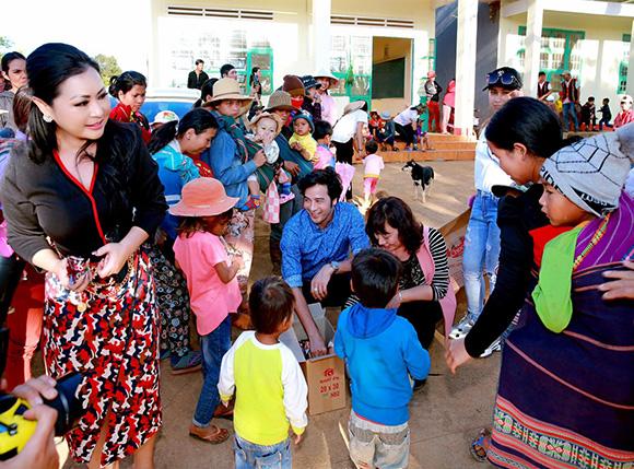 Hoa hậu nhân ái Thúy Hằng tặng 170 phần quà cho học sinh dân tộc Bana