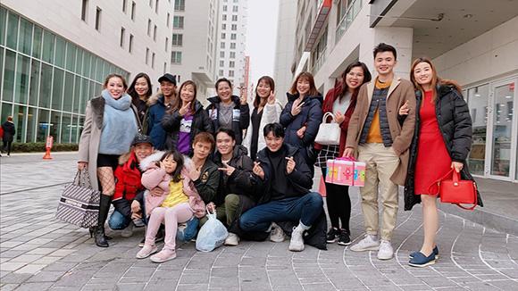 Hoa hậu Thanh Thúy làm xúc động cộng đồng khi đến thắm và tặng quà bé Thúy An