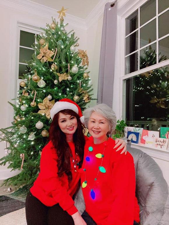 Ca sĩ Kavie Trần bên cạnh mẹ có gương mặt đẹp phúc hậu trong ngày đón năm mới