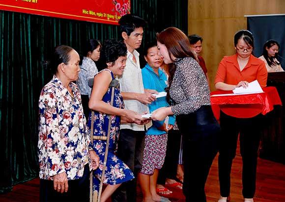 Người dân huyện Hóc Môn xúc động khi nhận quà Tết từ mẹ con Hoa hậu Bình Tô và Kayla Kao.