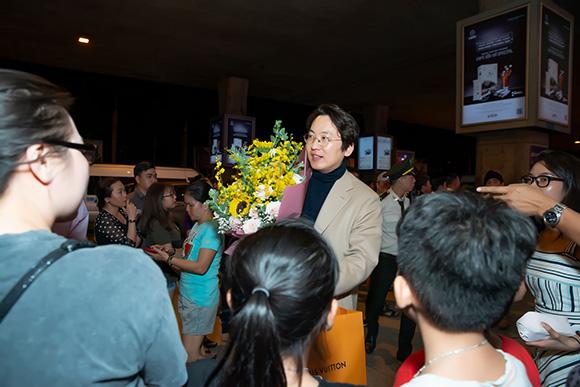 Bác sĩ Gu Yong Su bất như tài tử Hàn Quốc xuất hiện tại sân bay quốc tế tân Sơn Nhất.