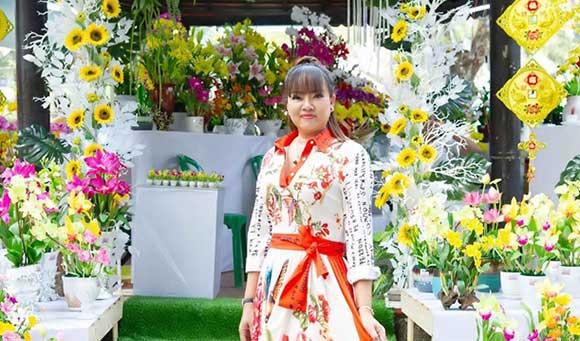 Hồ Thanh Hương dạo bước giữa vườn Xuân trong tà áo dài thổ cẩm gây thương nhớ.