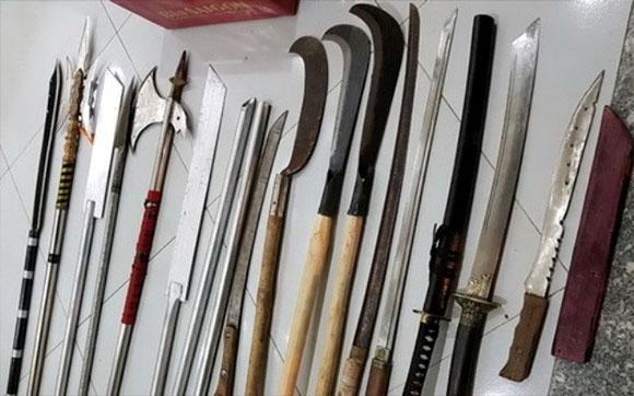 Biên Hòa: Vác dao rựa, mang bom xăng đi đánh nhau thì bị công an phát hiện