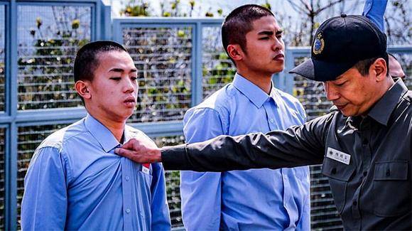 Chốn Ngục Tù: Một trong những phim hành động về thế giới ngầm hay nhất của xứ Cảng Thơm