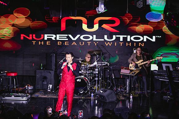 Ca sĩ Đan Nguyên hội ngộ ca sĩ Nguyễn Hồng Nhung trong sự kiện NuRevolution