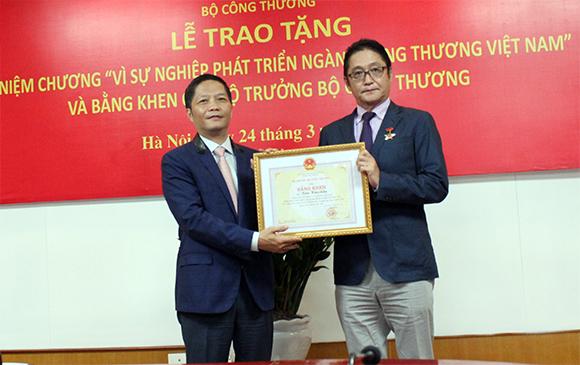 Bộ trưởng Trần Tuấn Anh trao Kỷ niệm chương và Bằng khen cho Tổng Giám đốc Công ty Ô tô Toyota Việt Nam
