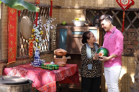 Nghệ sĩ Ánh Hoa làm mẹ Quán quân Giọng hát Việt tại Châu Âu Hồ Quang Lộc trong MV Nỗi lòng tha hương