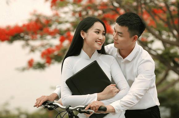Diện áo dài trắng tinh khôi, Đoàn Hồng Trang nồng nàn trong sắc Phượng hồng