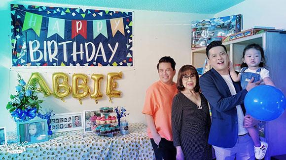 Ca sĩ Quang Toàn bất ngờ hội ngộ nghệ sĩ Thúy Uyển tại tiệc sinh nhật con gái Hoàng Anh