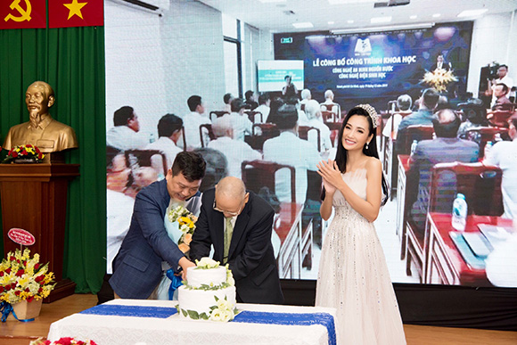 Diễn viên điện ảnh Huỳnh Thi mang hoa chúc mừng Tân viện trưởng EBM