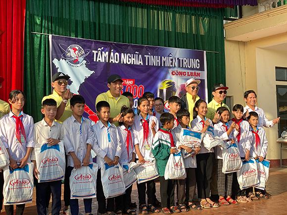 Công ty mũ bảo hiểm Á Châu, trao 56.000 chiếc áo ấm gửi tặng bà con miền Trung
