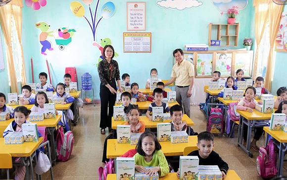 Hơn 35,0000 phần quà từ Vinasoy tiếp sức học sinh vùng lũ tới trường