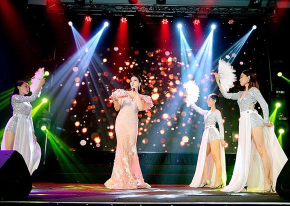"""Diễn viên, ca sĩ Lý Hương đã thể hiện ca khúc """"Tình đời"""" rất cuốn hút trong đêm vinh danh Trái tim nhân ái vì cộng đồng"""