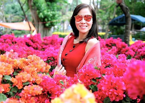 Diện áo dài xuống phố, hoa hậu Mai Thanh được khen giữ vóc dáng thon gọn, cực chuẩn.
